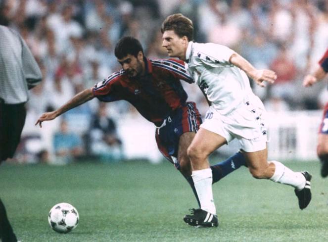 Laudrup y Guardiola luchan por un balón.