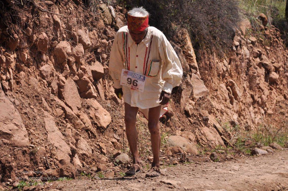 Tarahumara corriendo el Ultramaratón de los Cañones. (Foto: correrdescalzo.com)