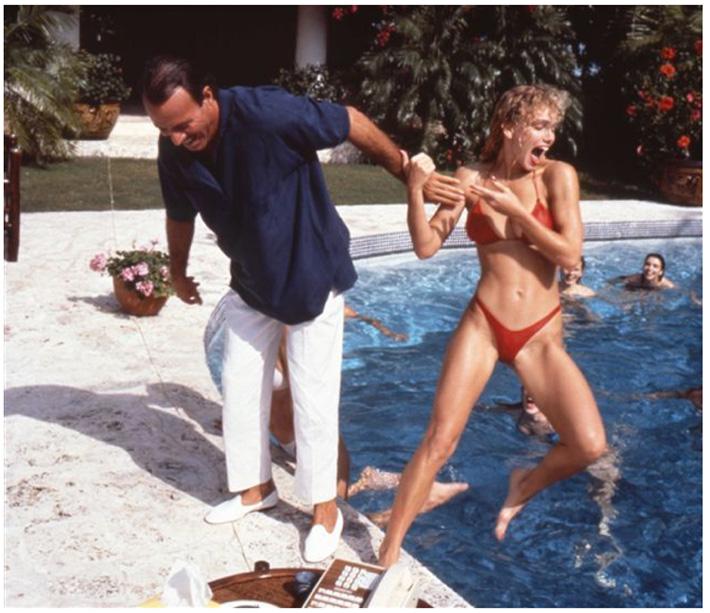 Julio Iglesias, por Helmut Newton, con su característico e impecable bajo de pantalón.