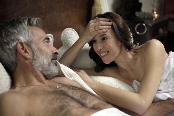 Antonio Alcántara (Imanol Arias) tras haberle sido infiel a su mujer con Paz (Ariadna Gil)