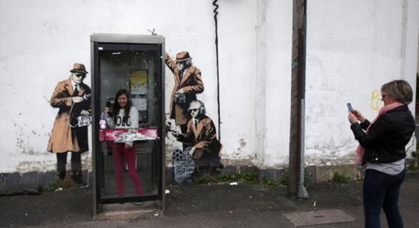 Mural de la Fairview Street en Cheltenham, donde está el centro de escuchas británico GCHQ, lo nuevo del artista. Foto: Getty Images