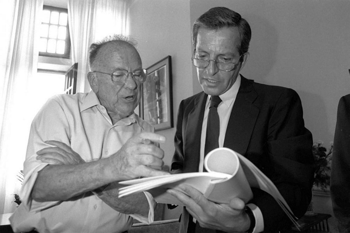 Adolfo Suarez y Santiago Carrillo, líder en 1977 del PCE, en 1990. (Foto: eldiariomontanes.es)