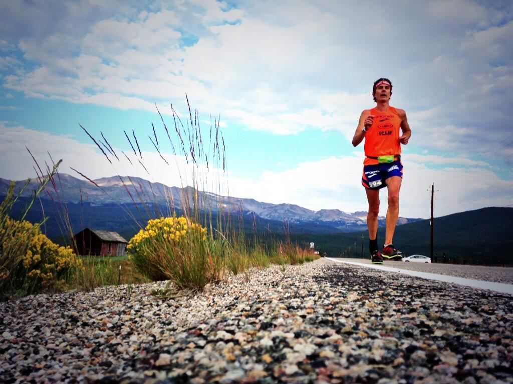 Scott Jurek, el Luís Teira rizo, en uno de los ciento sesenta y pico kilómetros de la Leadville 2013.
