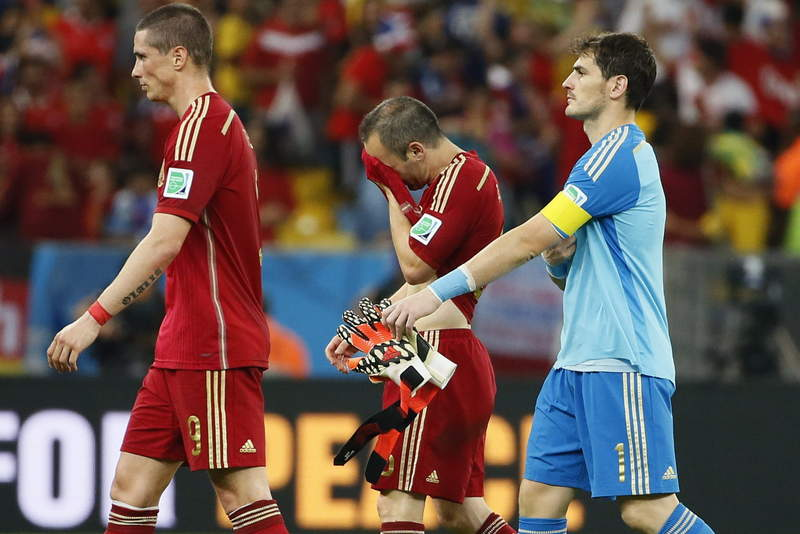 Los jugadores españoles desolados tras la derrota ante Chile. (Foto: zetaestaticos.com)