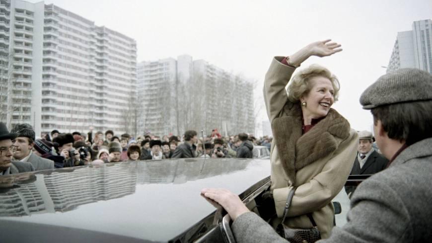Thatcher saluda a una multitud de soviéticos que acuden a verla en su visita a la capital rusa en 1987