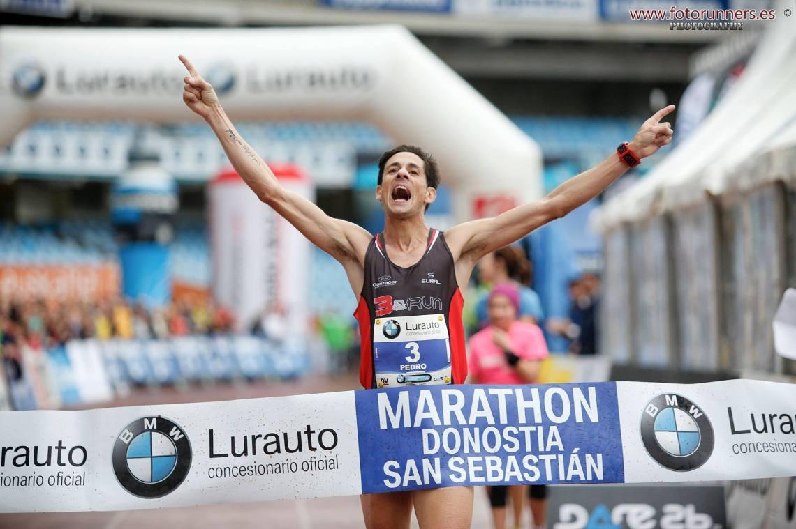 Pedro Nimo, llegando a la meta en el maratón de Donostia.