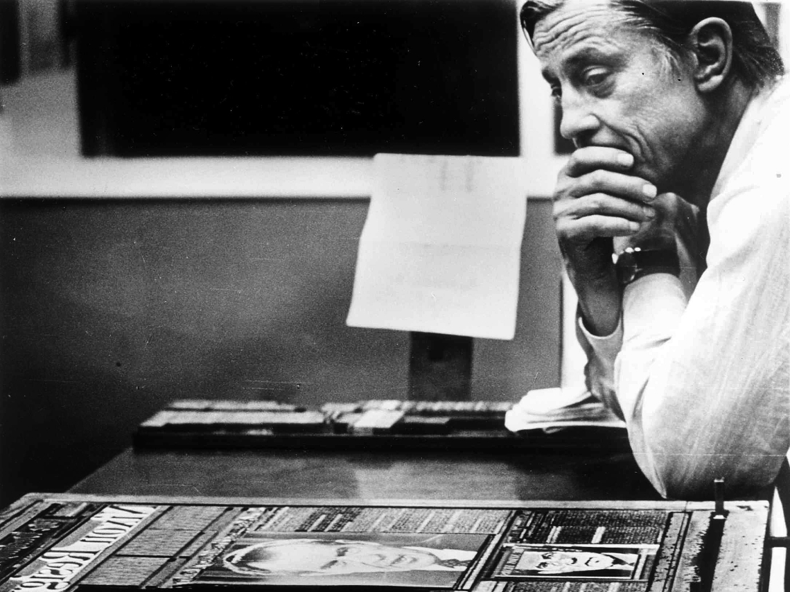 Ben Bradlee, cuando era ejecutivo de The Washington Post, mirando una página del periódico cuyo título dice «Nixon Resigns», el 8 de agosto de 1974. (Foto: The Telegraph)
